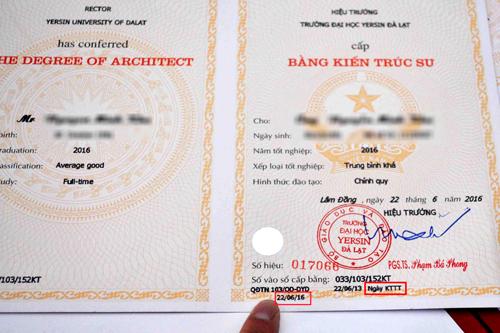 Những tấm bằng in sai của Đại học Yersin. Ảnh: Khánh Hương