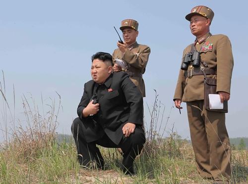 Nhà lãnh đạo Triều Tiên Kim Jong-un chỉ đạo một cuộc diễn tập. Ảnh: Reuters/KCNA.