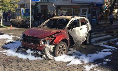 Chiếc xe bị cháy rụi hoàn toàn sau vụ tai nạn, cảnh sát tìm thấy thiết bị nổ trong xe. Ảnh: Twitter.