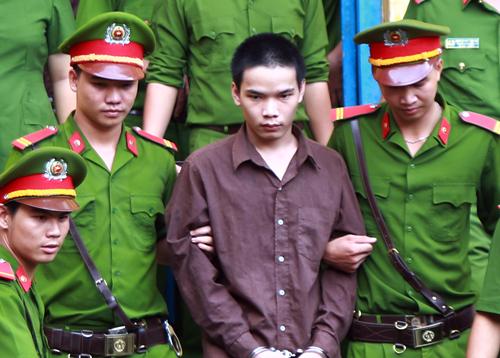 Vũ Văn Tiến được dẫn giải về Bình Phước sau phiên xét xử phúc thẩm ở TP HCM ngày 18/7. Ảnh: Quốc Thắng