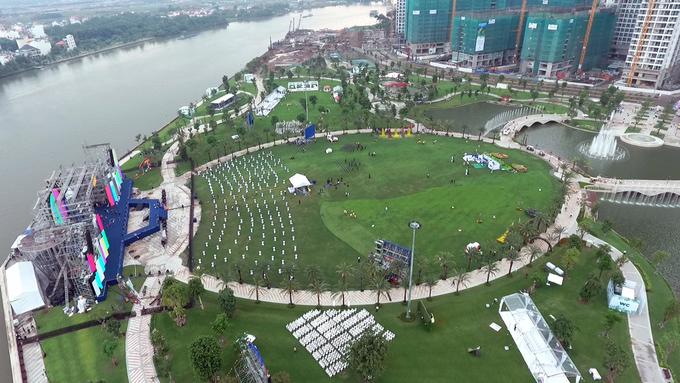 """<p class=""""Normal""""> Được khai trương kỹ thuật ở TP HCM tối 23/7, Central Park nằm tại khu vực Tân Cảng (quận Bình Thạnh), sát sông Sài Gòn. Đây là công viên ven sông lớn nhất ở thành phố.</p>"""