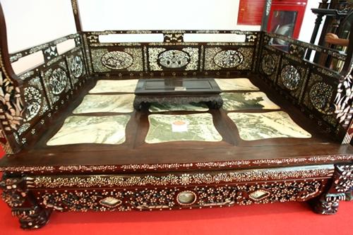 Chiếc long sàng nặng gần 1 tấn giống giường của công tử Bạc Liêu được bán với giá 200 triệu