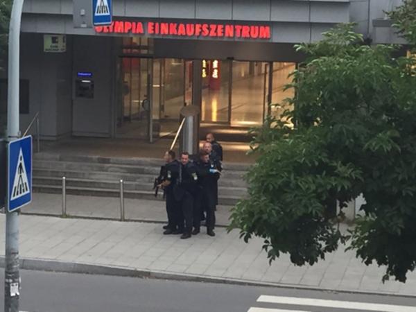 Cảnh sát có vũ trang tại trung tâm mua sắm Olympiaở Munich, Đức. Ảnh:Gutjar/Twitter