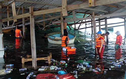 Sau một ngày bị sập, nhiều nhân viên nhà hàng nổi tìm lại tài sản bị chìm. Ảnh: Xuân Ngọc