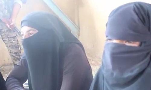 [Caption]Pic: Dù đã mặc trang phục nữ nhưng ba tay súng vẫn không giấu được những nét nam tính của mình. Ảnh: SDF.