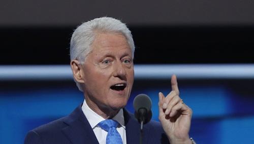 Cựu tổng thống Mỹ Bill Clinton phát biểu tại đại hội toàn quốc đảng Dân chủ ở thành phố Philadelphia. Ảnh: Reuters