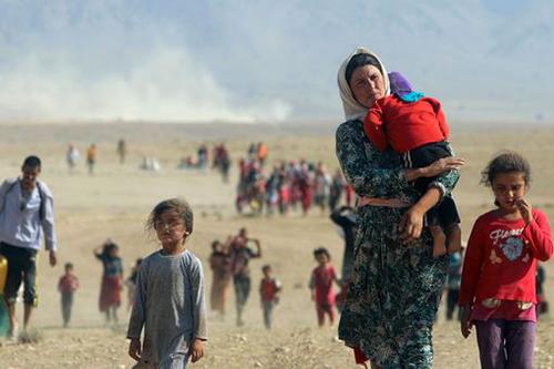 NgườiYazidi ở Iraq sơ tán khỏi thị trấn bị IS tấn công. Ảnh: