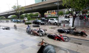 Nhiều người bị quật ngã trong mưa bão ở Hà Nội