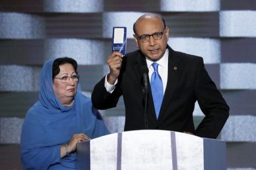 Ông Khan hỏi Donald Trump liệu ông đã đọc Hiến pháp Mỹ hay chưa. Ảnh: AFP