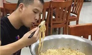 Chàng lính cứu hỏa ăn hết một chậu mỳ tôm