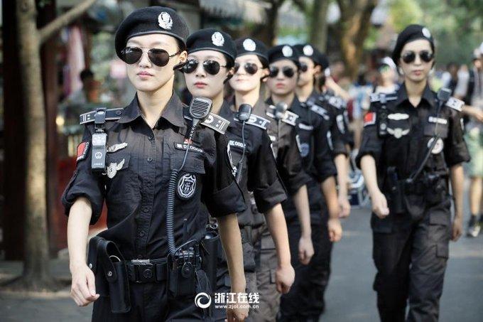 Đội mỹ nữ đi tuần quanh thắng cảnh Trung Quốc