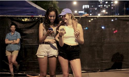 Malia Obama và một người bạn trong ngày thứ ba của lễ hộiLollapalooza ở Chicago hôm 30/7. Ảnh:Chicago Tribune