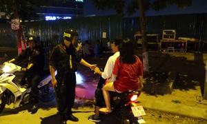 Cảnh sát cơ động xử phạt người không đội mũ bảo hiểm trong đêm
