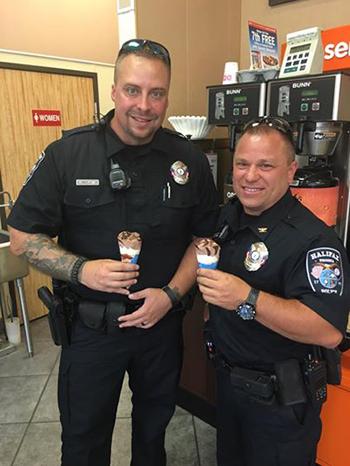 Hai cảnh sát tham gia tặng kem cho những người lái xe ởHalifax,Virginia