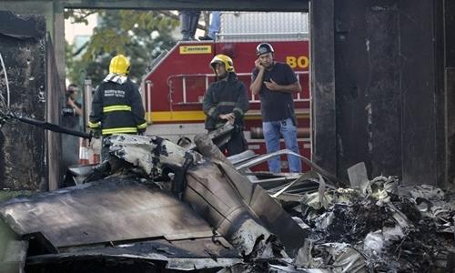 Hiện trường vụ tai nạn hi hữu, máy bay đâm vào xe bus rồi phát nổ. Ảnh: Aviation.