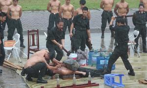Những màn trình diễn 'mình đồng da sắt' của cảnh sát đặc nhiệm