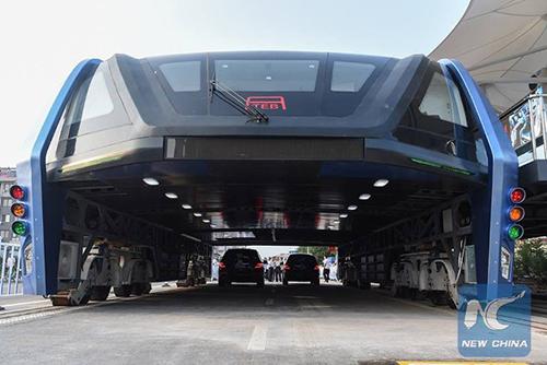 Pic1: Mẫu xe buýt TEB đầu tiên được chạy thử nghiệm. Ảnh: New China.Ảnh:Xinhua
