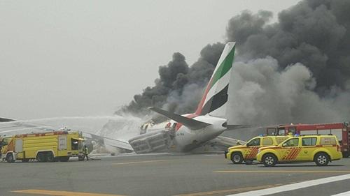 Máy bay của hãng Emirates bốc khói trên đường băng. Ảnh: Al Arabiya