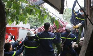Gạch vữa bít đường cứu các nạn nhân vụ sập nhà ở Hà Nội