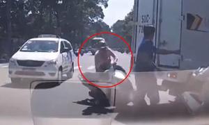 Cô gái chạy xe máy bon chen bị ôtô tông ngã