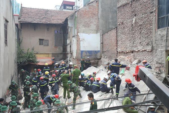 Hiện trường nhà 3 tầng sập đổ, vùi lấp 4 người