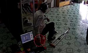 Người đàn ông chống nạng trộm điện thoại ở cửa hàng giày