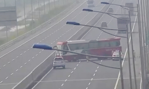 Xe khách chạy ngược chiều trên cao tốc bị cảnh sát thổi phạt