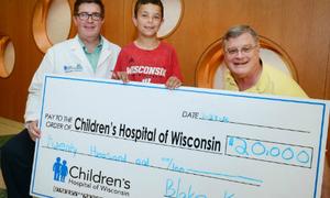 Cậu bé 10 tuổi bán lợn đất thu 20.000 USD làm từ thiện