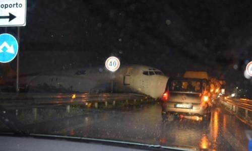 Phi cơ chở hàng của DHL đâm vào một con đường sau khi hạ cánh. Ảnh: iTV News.