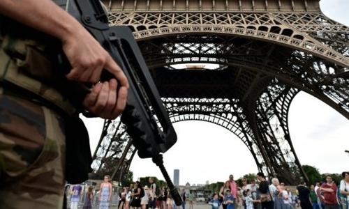 Cảnh sát Pháp nói vụ sơ tán ở tháp Eiffel hôm 5/8 là do nhầm lẫn. Ảnh: AFP.