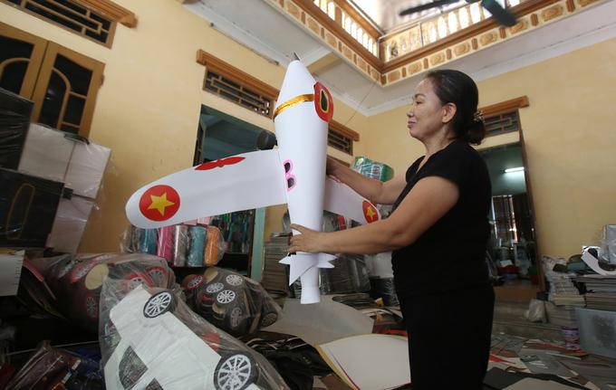 'Máy bay, ôtô mui trần' cúng rằm tháng 7