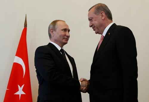Tổng thống Nga Vladimir Putin (trái) bắt tay người đồng cấp Thổ Nhĩ Kỳ Tayyip Erdogan trong cuộc gặp ngày 9/8 tại St Petersburg, Nga. Ảnh: Reuters.