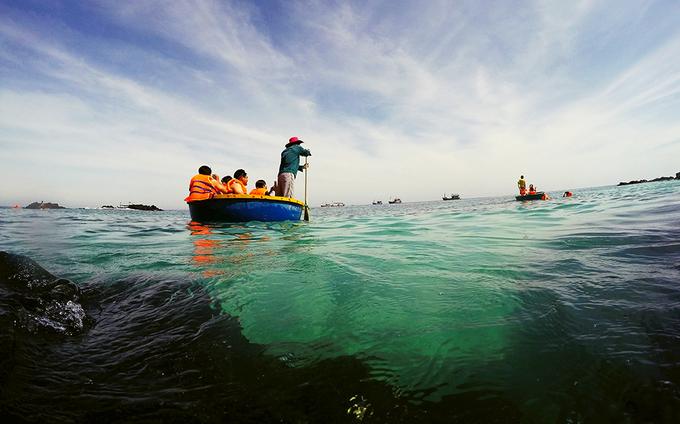 Đi thuyền thúng ngắm san hô ở đảo Bé - Lý Sơn