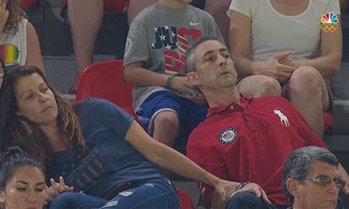 Ông bàRick vàLynnRaisman căng thẳng theo dõi phần thi của con gái tạiThế vận hội Olympic hôm 7/8. Ảnh: CBS