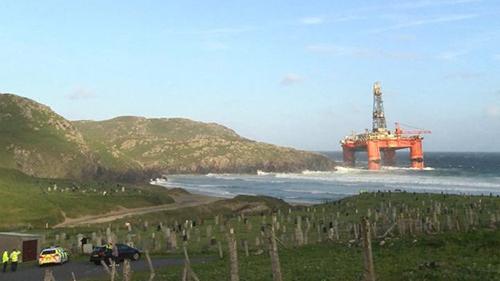 Giàn khoan dầuTransocean Winnermắc cạn gần một ngôi làngởDalmore,Đảo Tây, Scotland. Ảnh: BBC