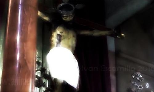 video-tuong-chua-jesus-mo-mat-gay-tranh-cai