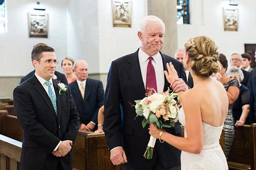 Sau khi đưa Jeni đến bục làm lễ, ông Thomas đã đặt tay cô lên tim ông, ôm hôn cô rồi trao cô cho chú rểPaul Maenner.
