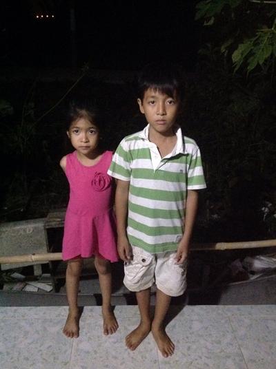 Mất cha, gia đình gặp nhiều khó khăn nhưng Đông và Mai luôn đạt thành tích học tập khá giỏi trong mỗi năm học.