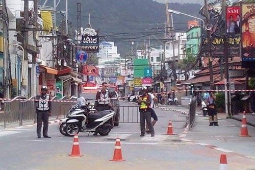 Cảnh sát phong tỏa một khu vực ở Phuket sau vụ nổ bom. Ảnh: BangkokPost
