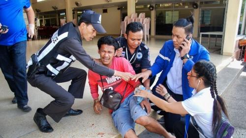 Cảnh sát giúp người bị thương trong vụ nổ bom ở Hua Hin. Ảnh: AFP