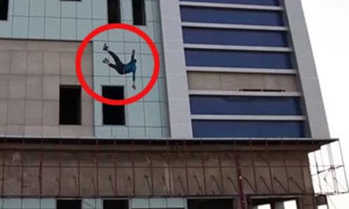 Người gay bị IS xử tử bằng cách ném từ nóc nhà cao tầng xuống đất. Ảnh: Daily Star.