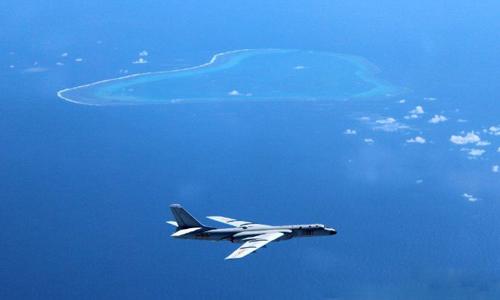 Hình ảnh được cho là oanh tạc cơ H-6K Trung Quốc bay qua bãi cạn Scarborough. Ảnh: Weibo.