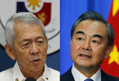Ngoại trưởng Trung Quốc Vương Nghị (phải) và người đồng nhiệm Philippines Perfecto Yasay. Ảnh: AP