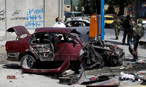 Hiện trường vụ nổ bom gần đại sứ quán Mỹ ở thủ đô Kabul, Afghanistan, ngày 15/8. Ảnh: Reuters.