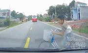 Khoảnh khắc ôtô đi 67km/h đâm bé trai đạp xe sang đường