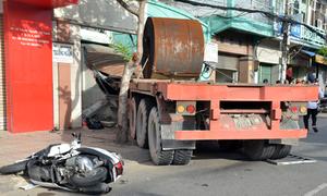 Xe container đâm 2 người, lao vào nhà dân ở Sài Gòn