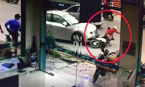 Mẹ chở con nhỏ trên xe máy, sang đường ẩu bị ôtô tông