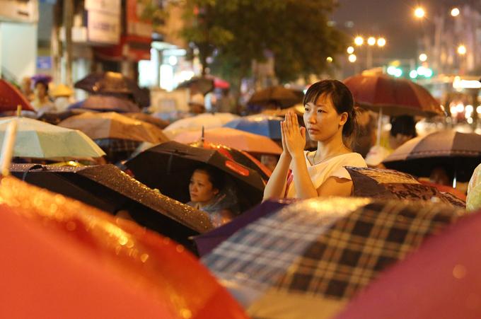 Nghìn người đội mưa báo hiếu ở Hà Nội