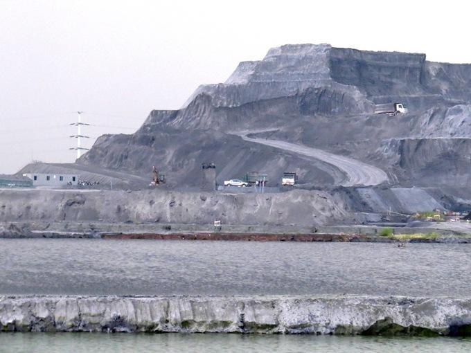 'Núi' chất thải độc hại cao 40 mét ở Hải Phòng