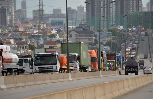 hai-xe-container-tong-nhau-cau-phu-my-ket-cung-hon-3-gio-1